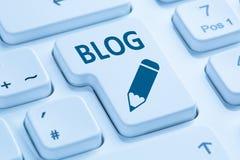 Blogg som direktanslutet skriver på tangentbordet för internetblåttdator Royaltyfri Fotografi