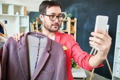 Blogger à la mode prenant le selfie avec la veste Photos libres de droits