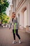 Blogger élégant posant sur la rue photos stock
