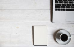 Blogger/επιχειρηματίας/επιχειρηματίας, αυτό πίνακας ειδικού ` s άσπρος ξύλινος χώρου γραφείου με το lap-top, κενό smartphone οθόν Στοκ Εικόνες