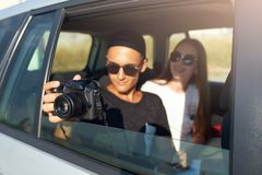 Blogger στη μαγνητοσκόπηση γυαλιών το ταξίδι του vlog στην επαγγελματική κάμερα στο οδικό ταξίδι Φωτογράφος ατόμων που παίρνει τι στοκ εικόνα με δικαίωμα ελεύθερης χρήσης