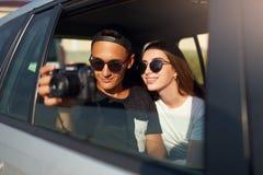 Blogger στη μαγνητοσκόπηση γυαλιών το ταξίδι του vlog στην επαγγελματική κάμερα στο οδικό ταξίδι Φωτογράφος ατόμων που παίρνει τι στοκ φωτογραφία