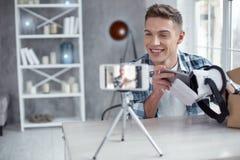 Blogger alegre que habla del modelo 3D en la leva Imagenes de archivo
