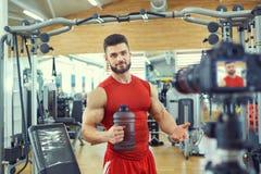 Blogger atleta robi wideo w gym fotografia stock