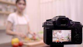 Blogger Azjatycka kobieta używa kamery nagranie dlaczego robić sałatkowemu zdrowemu karmowemu wideo dla jej abonenta, żeńskiemu u zbiory