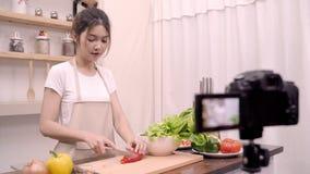 Blogger Azjatycka kobieta używa kamery nagranie dlaczego robić sałatkowemu zdrowemu karmowemu wideo dla jej abonenta, żeńskiemu u zbiory wideo
