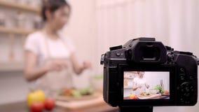 Blogger Azjatycka kobieta używa kamery nagranie dlaczego robić sałatkowemu zdrowemu karmowemu wideo dla jej abonenta, żeńskiemu u zdjęcie wideo