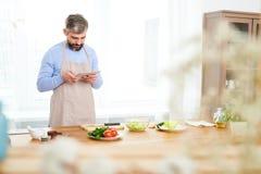 Blogger barbudo de la comida centrado en trabajo foto de archivo libre de regalías