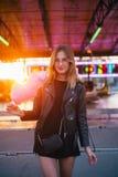 Blogger bonito joven de la mujer con el caramelo de algodón Imágenes de archivo libres de regalías