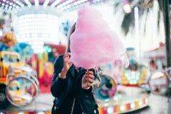 Blogger bonito joven de la mujer con el caramelo de algodón Fotografía de archivo