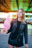Blogger bonito joven de la mujer con el caramelo de algodón Fotos de archivo libres de regalías