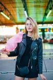 Blogger bonito joven de la mujer con el caramelo de algodón Imagen de archivo libre de regalías