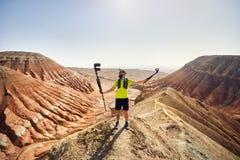 Blogger con due macchine fotografiche all'aperto fotografia stock libera da diritti
