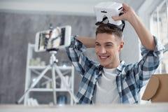 Blogger contento que habla del modelo 3D en la leva Imágenes de archivo libres de regalías