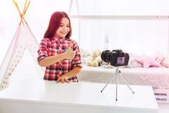 Blogger das crianças que recomenda seus brinquedos novos seus seguidores que filmam o vídeo fotografia de stock