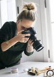 Blogger de beauté prenant la photo des cosmétiques photo stock