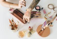 Blogger de beauté produisant le cours de maquillage images libres de droits