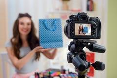 Blogger de beauté tenant le sac de papier photographie stock
