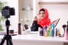 Blogger de beaut? dans la vid?o de enregistrement de hijab pour son blog photo stock