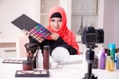Blogger de beaut? dans la vid?o de enregistrement de hijab pour son blog photos libres de droits