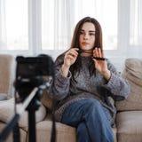 Blogger de la belleza de la mujer joven que registra el nuevo vídeo imagenes de archivo