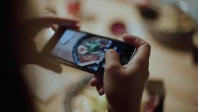 Blogger de la comida hacer las fotos de los ramen para los medios sociales metrajes