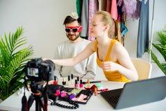 Blogger de la moda con el modelo masculino Foto de archivo libre de regalías