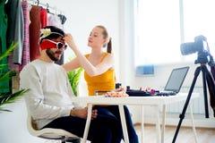 Blogger de la moda con el modelo masculino Fotografía de archivo libre de regalías