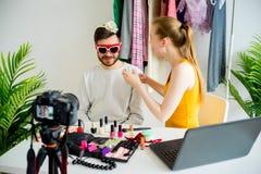 Blogger de la moda con el modelo masculino Imagenes de archivo