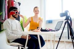 Blogger de la moda con el modelo masculino Imágenes de archivo libres de regalías