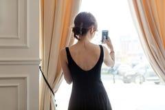 Blogger de la mujer que hace el selfie en la ventana Imágenes de archivo libres de regalías
