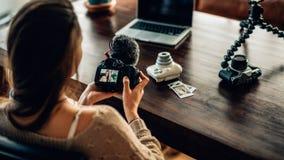 Blogger de la mujer que mira su cámara Foto de archivo