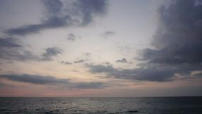 Blogger del viaje de la cámara lenta que hace el vídeo sobre vacaciones en la playa almacen de video