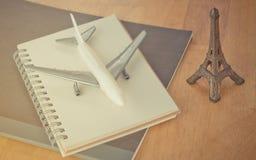 Blogger del viaje de París y cuaderno del viaje foto de archivo libre de regalías