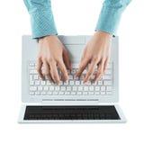 Blogger, der auf einem Laptop schreibt Stockfotos