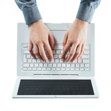 Blogger, der auf einem Laptop schreibt Lizenzfreie Stockfotografie