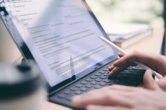 Blogger, der bewegliche Berührungsfläche für Arbeit verwendet Nahaufnahmeansicht von den männlichen Händen, die elektronische Tab Lizenzfreie Stockbilder