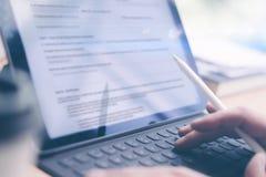 Blogger, der beweglichen Berührungsflächen- und Griffelstift für Arbeit verwendet Männliche Hände, die elektronische Tablettentas Stockfotos