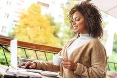 Blogger, der in einem Café stillsteht Stockbilder