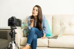 Blogger, der einen Kuss zu ihrem Publikum durchbrennt Lizenzfreies Stockfoto