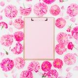 Blogger der Freiberuflerzusammensetzung Klemmbrett und rosa Rosen auf weißem Hintergrund Flache Lage, Draufsicht Stockfoto