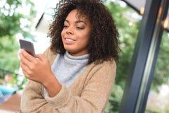 Blogger, der ihren Smartphone auf Nachrichten überprüft Lizenzfreies Stockfoto