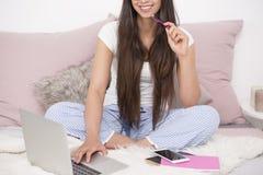 Blogger, der nach kreativer Idee sucht Lizenzfreies Stockfoto