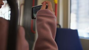 Blogger, der online vom Handy beim mit dem Bus reisen, Selbstführerausflug strömt stock footage