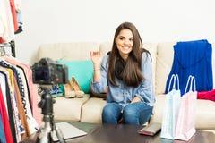 Blogger, der zu ihrem Publikum Guten Tag sagt Lizenzfreie Stockfotos