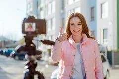 Blogger die duim tonen stock afbeelding