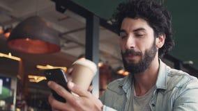 Blogger die Koffie hebben terwijl het Gebruiken van Mobiele Telefoon stock video