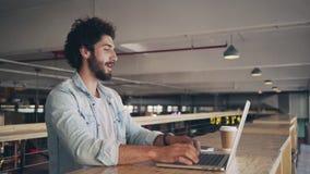 Blogger die over Laptop in Cafetaria werken stock footage