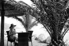 Blogger do viajante Menina bonita no café da praia Fotografia de Stock