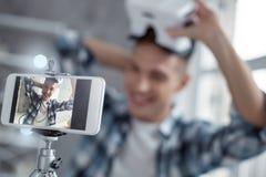 Blogger exuberante que habla del modelo 3D en la leva Foto de archivo libre de regalías